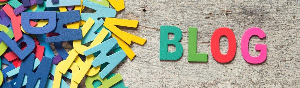 Aus einem Haufen bunter Buchstaben ist das Wort BLOG gelegt.
